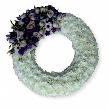 Poza Coroana funerara rotunda din crizanteme albe si lisianthus violet